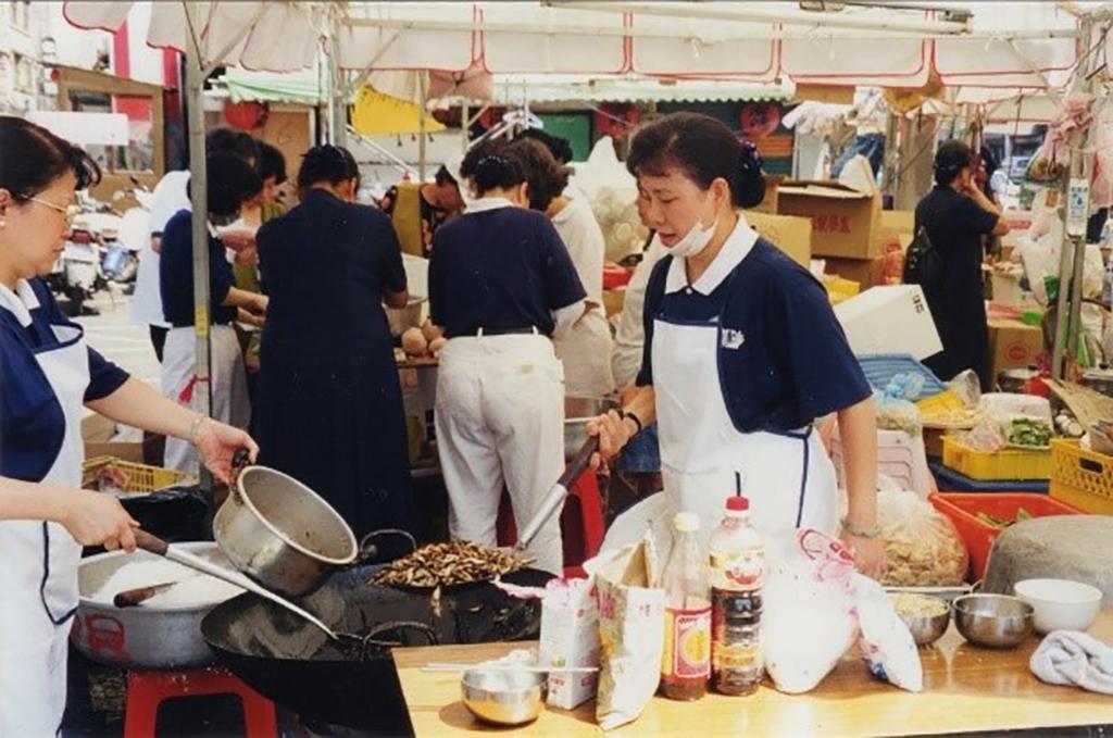 「慈濟志工」,大都來自平凡家庭,只因,這群藍天白雲慈濟志工帶著一份關懷、用心陪伴、協助提供熱食、物資等救災後勤支援。