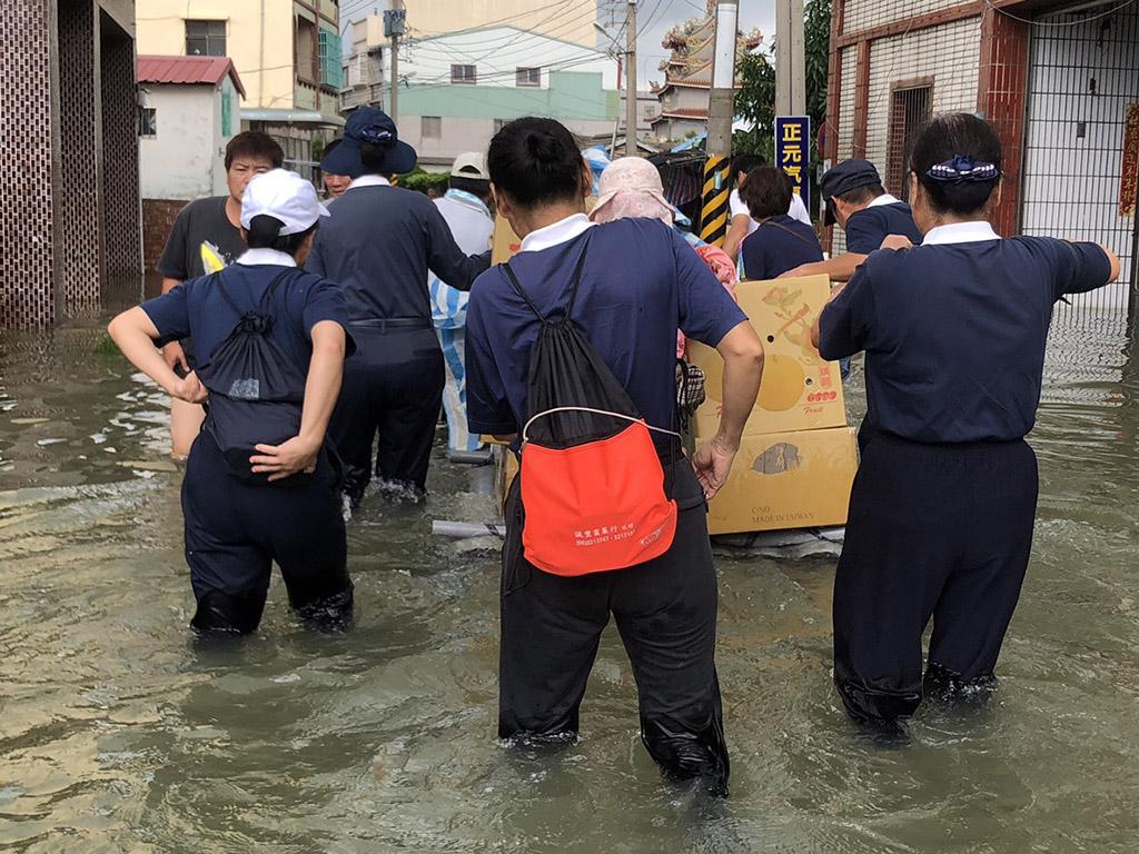 嘉南地區受困在水災的災民,收到一盒盒送到手上的熱騰騰便當,慈濟志工涉水搭乘橡皮艇與竹筏,為災民送餐的身影令人動容。