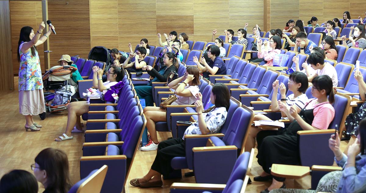 臺東大學幼兒教育學系副教授施淑娟,帶著家長練習嬰兒頭部按摩手法。