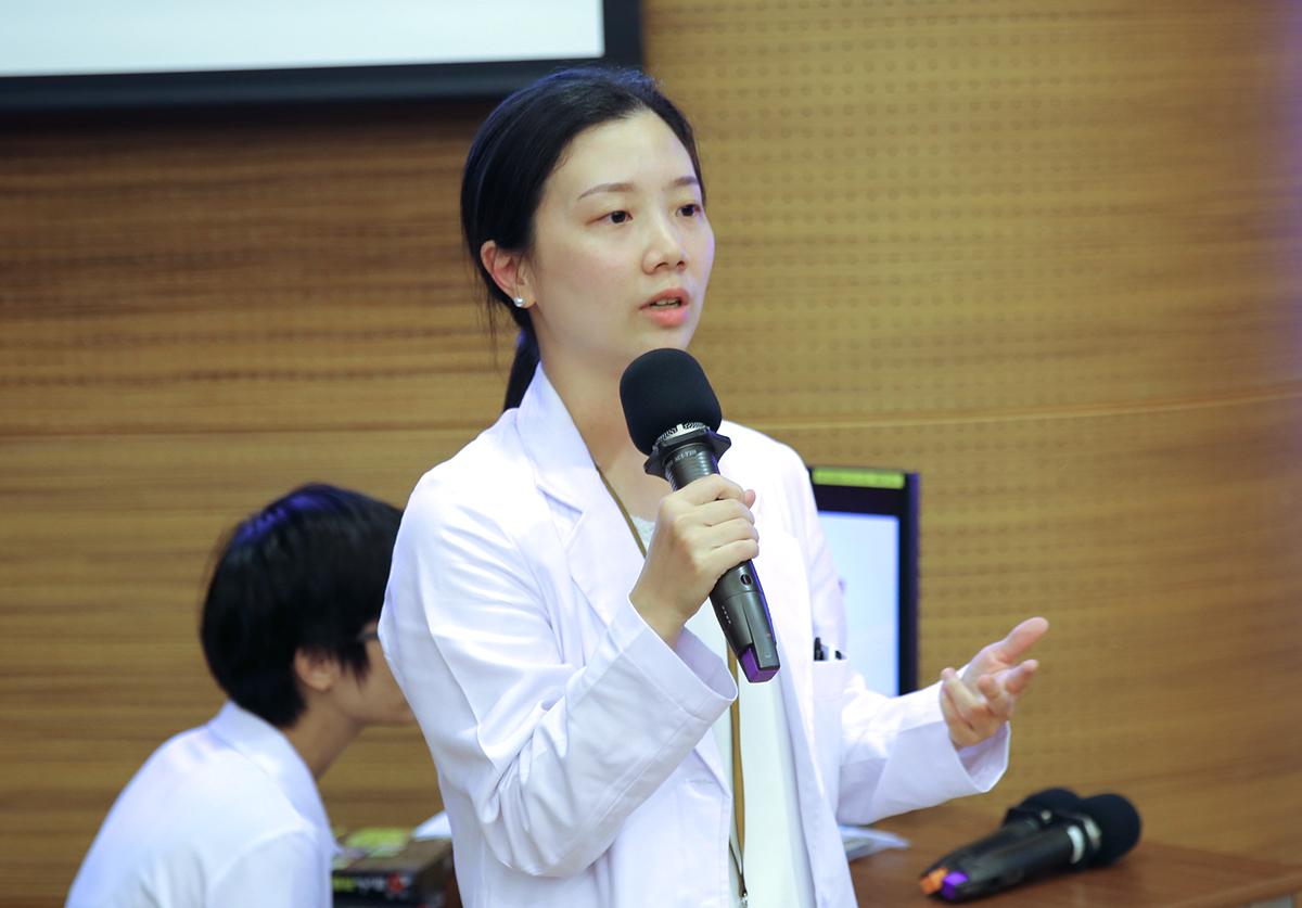 師花蓮慈院婦產部陳萱醫師與家長分享嬰兒按摩的好處