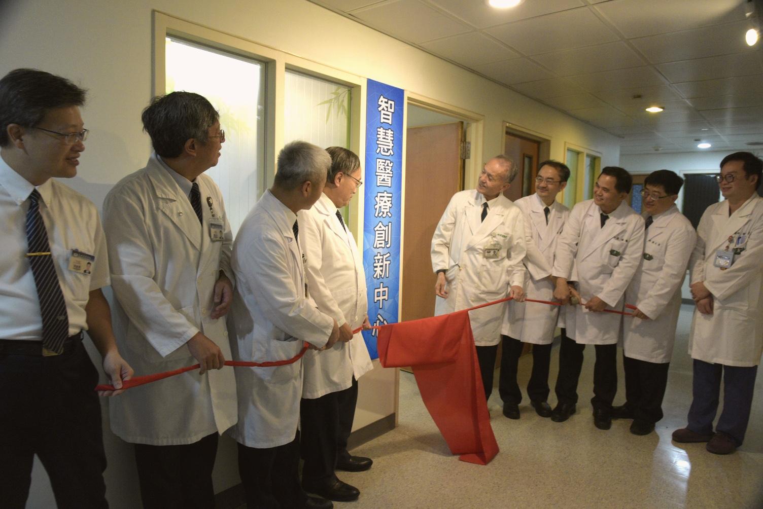 大林慈濟醫院在7日上午成立「智慧醫療創新中心」,慈濟醫療志業執行長林俊龍及院長賴寧生等共同揭牌,期許發展智慧醫療臨床應用。