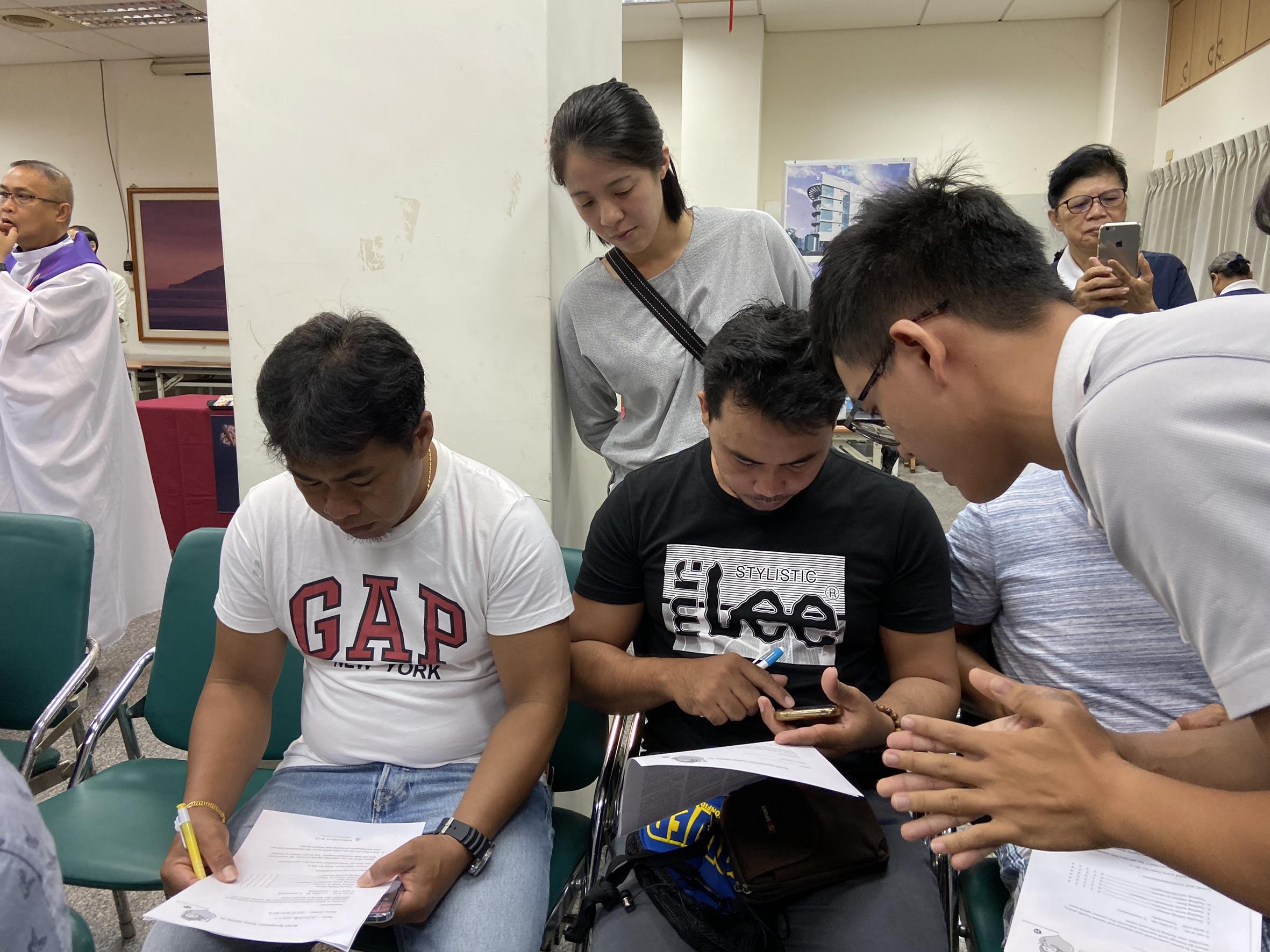 馬來西亞籍學生協助菲律賓籍漁工和家屬翻譯。