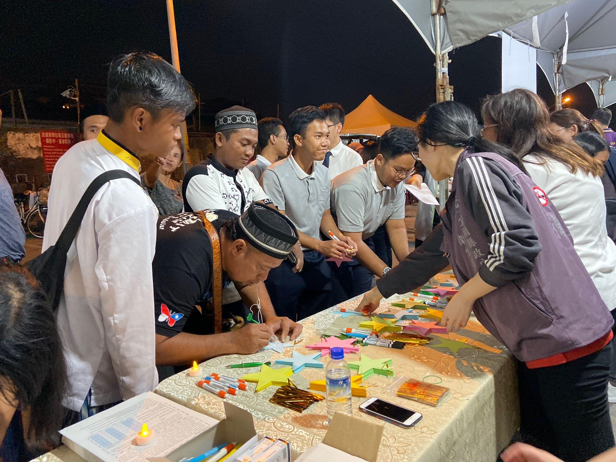 印尼籍學生手寫心安小卡,表達關懷。