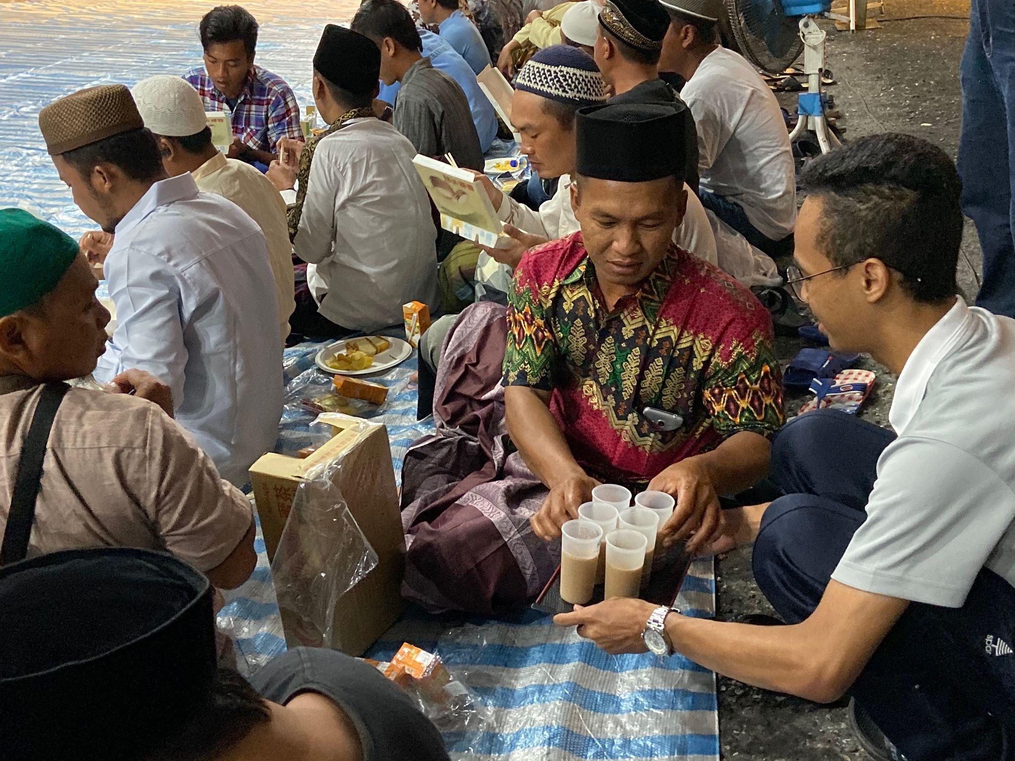 印尼籍學生主動擔任志工,在現場端茶水。