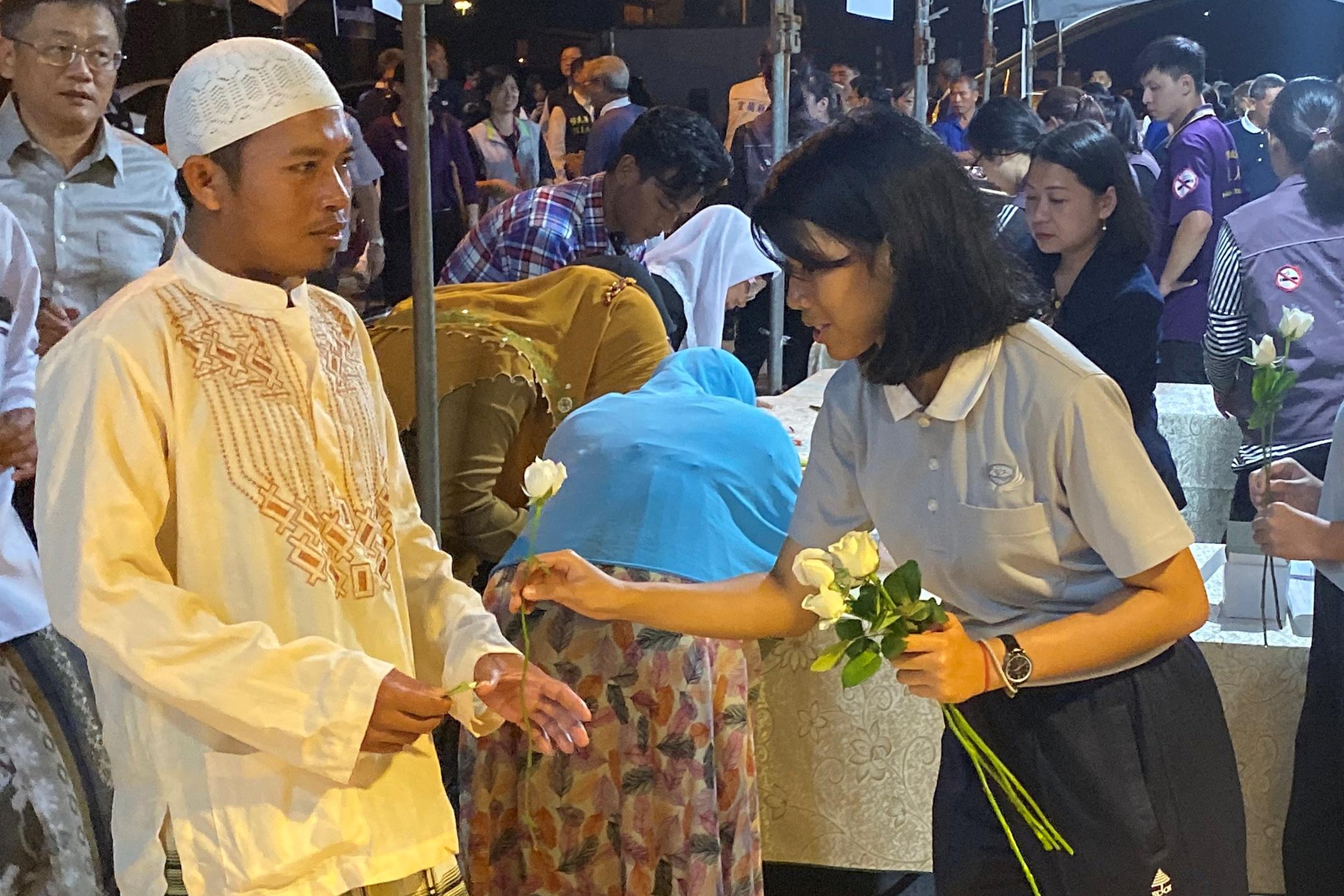 親自獻上花束,陪伴同鄉的印尼漁工。