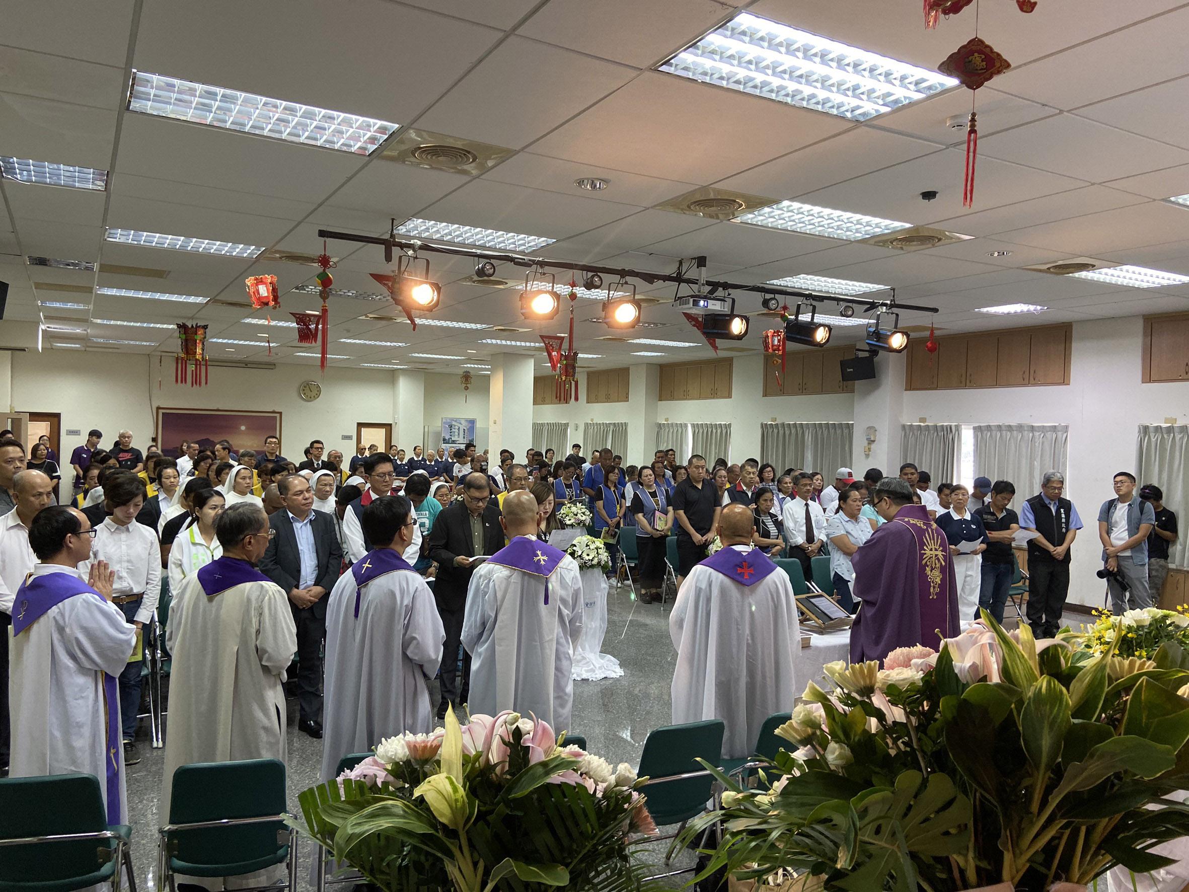 10月8日上午在蘇澳區漁會的彌撒心安活動,天主教神父與修女、慈濟志工等人齊聚一堂祝福。(攝影:洪妙卿)