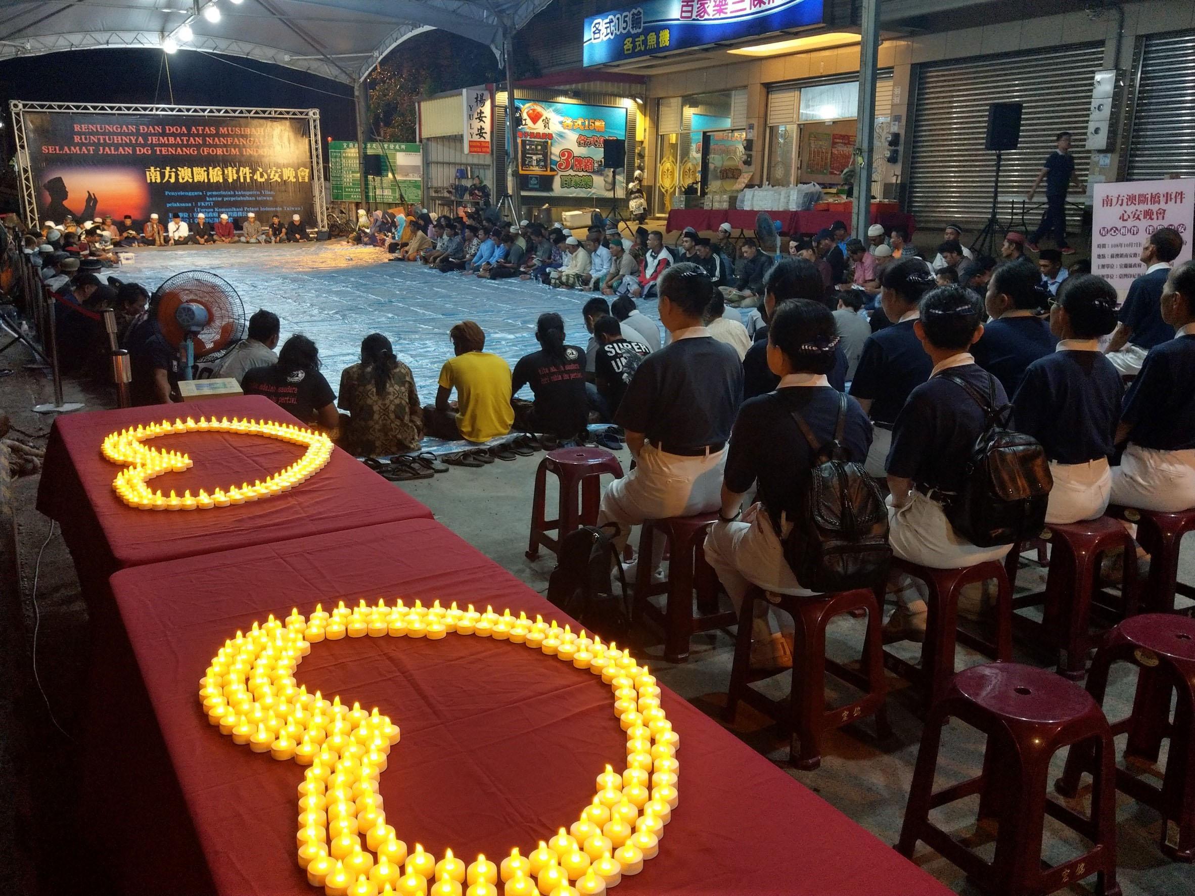 10月7日晚上在南方澳南安路底碼頭的「星心相伴‧伴我平安」心安晚會上,5位慈科大印尼籍學生與30位慈濟志工參與祈福。(攝影:林昱助)