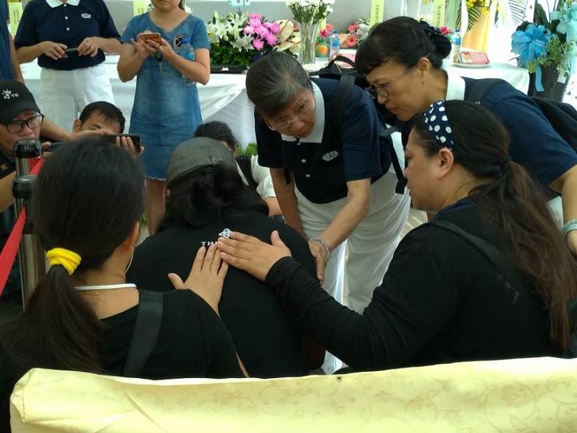 菲律賓慈濟志工陳麗君10月4日前往宜蘭福園殯儀館關懷罹難者家屬,用菲律賓語協助翻譯溝通。(攝影:黃國材)