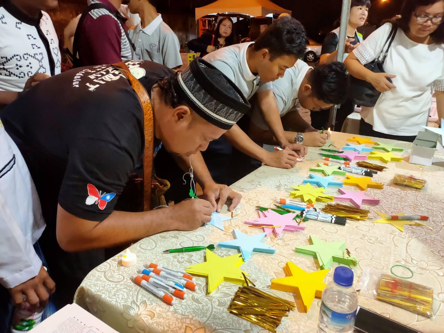 慈科大印尼籍學生和印尼籍漁工以穆斯林的方式,共同為3位罹難者祝禱。(攝影:洪妙卿)