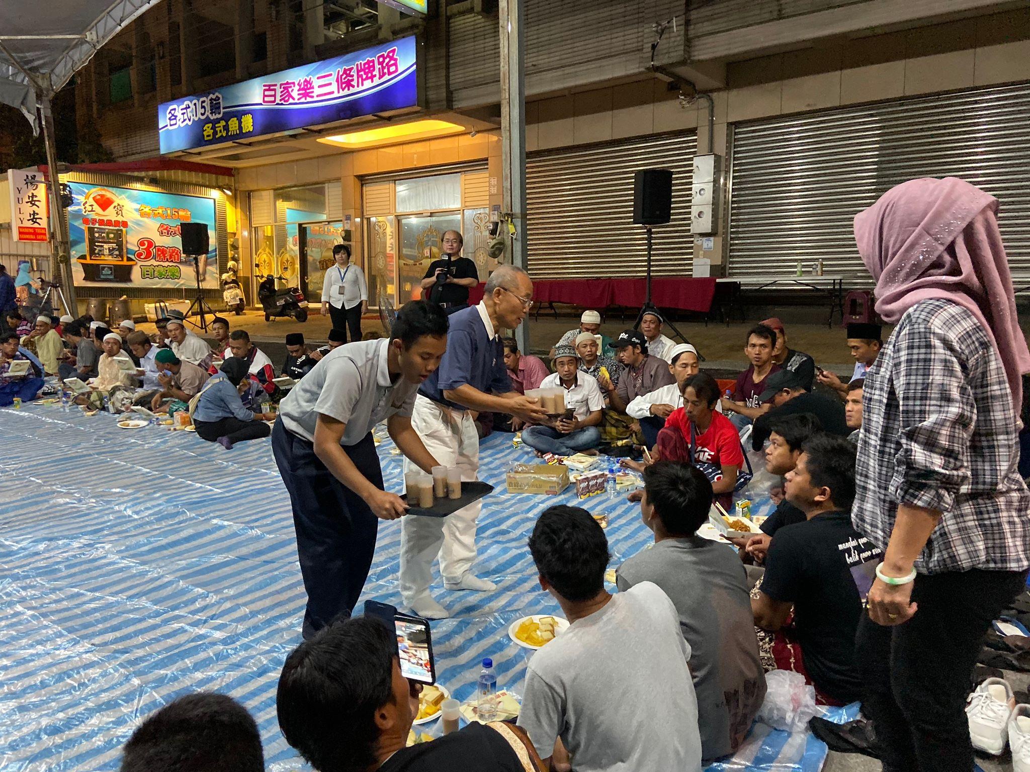 10月7日晚會上,慈科大印尼籍學生與慈濟志工劉世超用印尼文和印尼籍漁工互動。(攝影:洪妙卿)