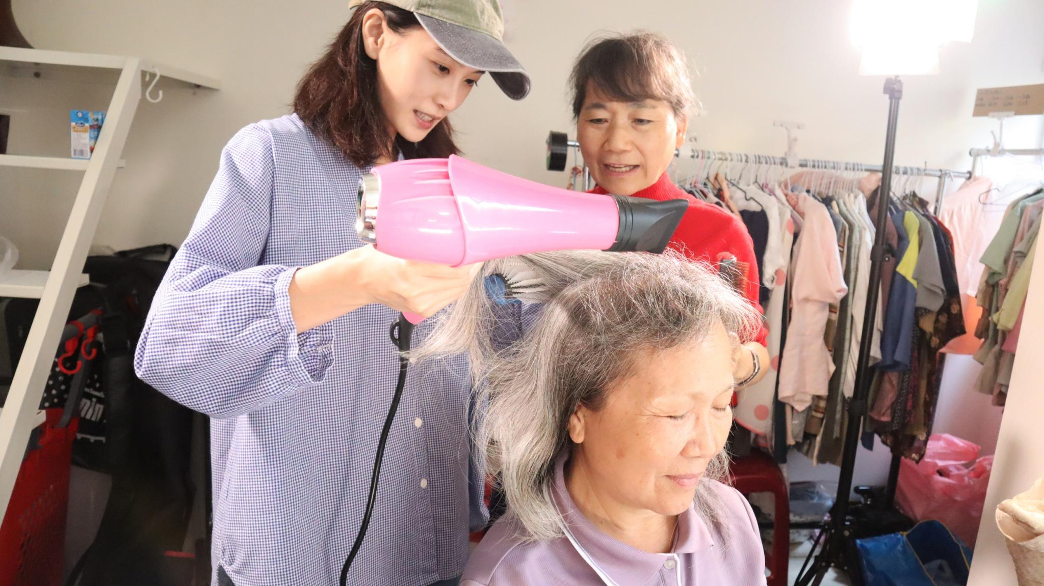 《愛的路上我和你》演美容院老闆娘,李亦捷就到美容院練習各種剪頭髮的技術。
