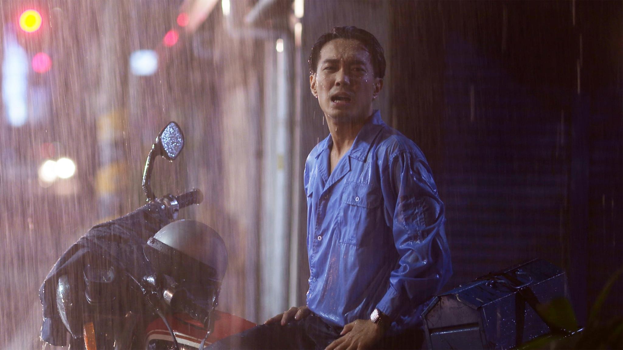 劇中許仁杰冒著會破相的風險,演出被高壓電擊摔背抽搐,又在大雨中淋成落湯雞。