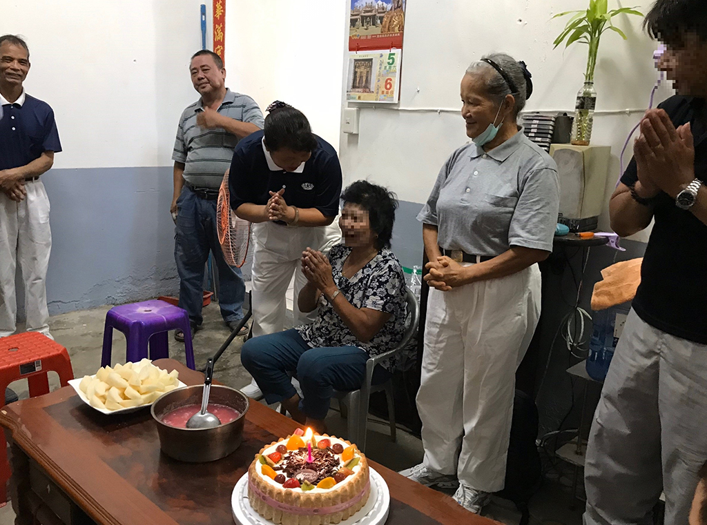 志工們準備湯圓、蛋糕、水果及茶水,點上蠟燭唱祝福歌,祝福屋主一家平安圓滿。