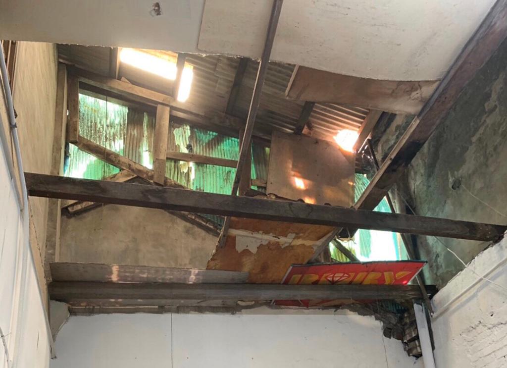 修繕前的屋頂天花板因老舊及東北季風的吹襲,破損不堪!