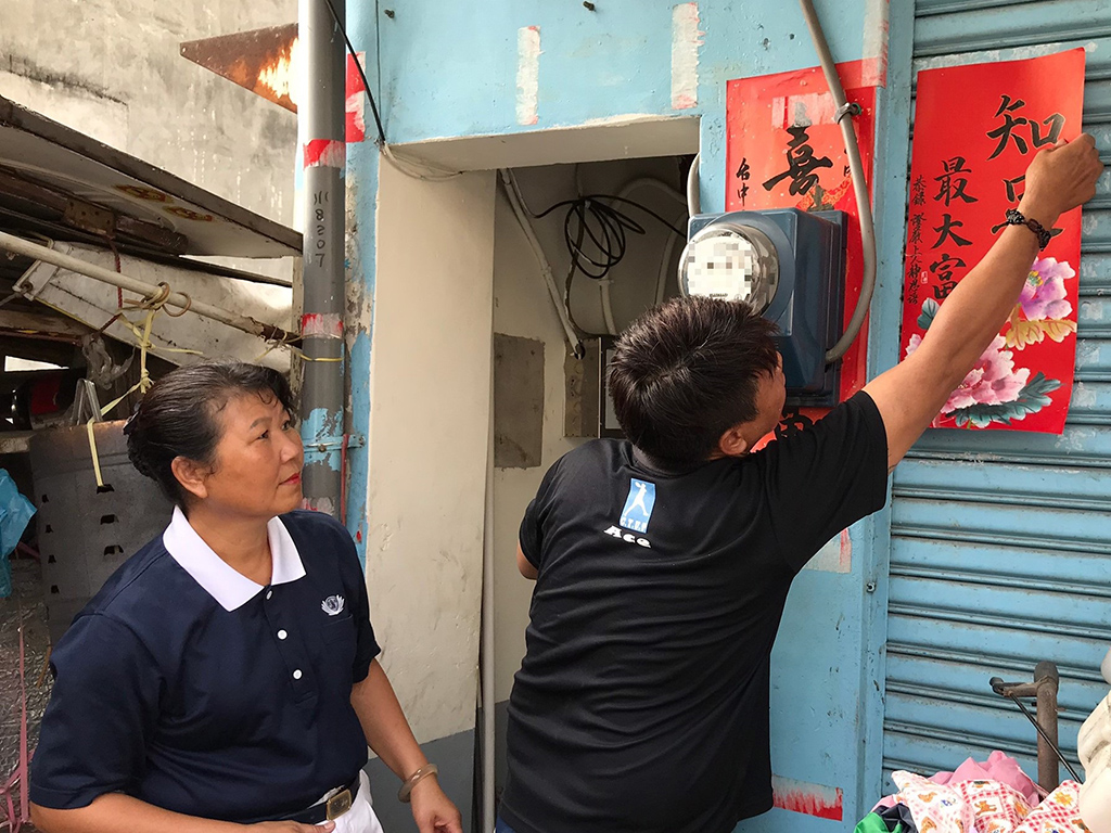 志工許秋菊師姊帶來春聯,祝賀照顧戶蔡女士一家歡喜入厝。
