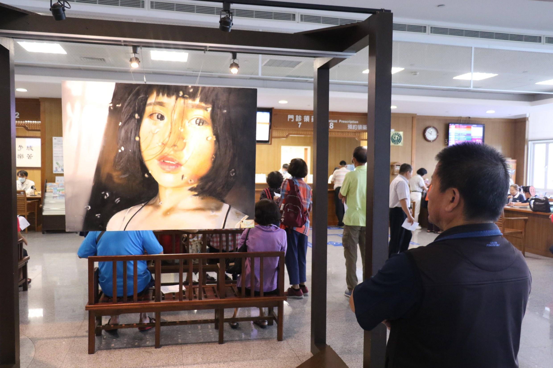 大明高中「看見希望」師生畫作聯展九日在臺中慈濟醫院開展吸引鄉親觀賞。