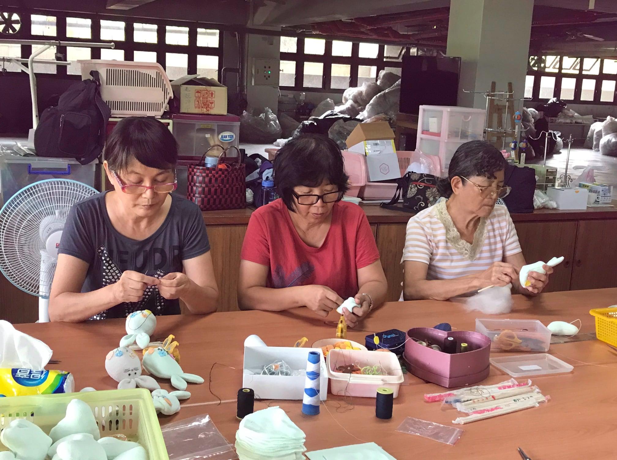 在台南善化,有一群善於裁縫的志工,她們巧思設計,竟然將環保布料用剩的邊邊角角的剩料,製作出一隻隻造型精美的環保兔。