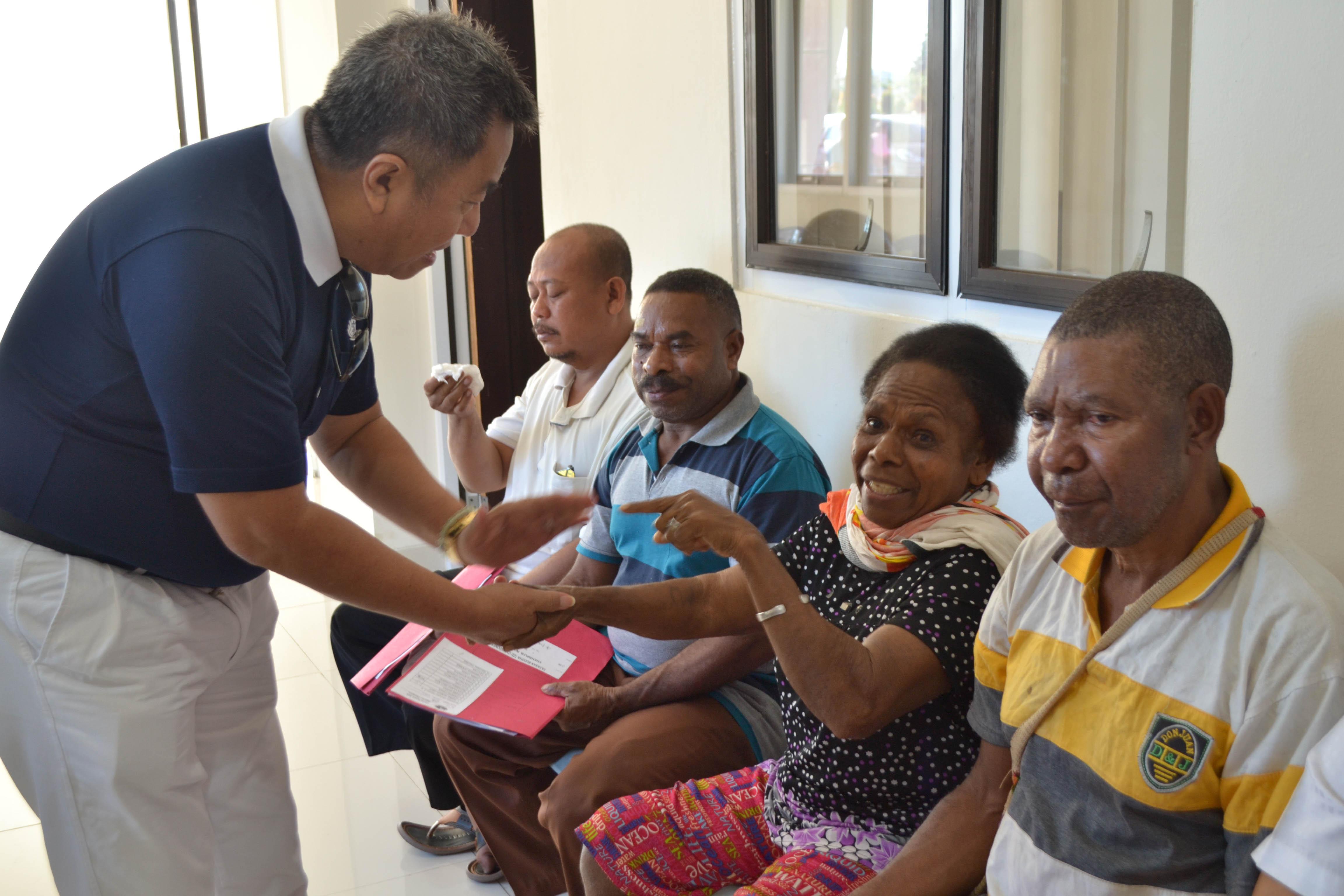 比亞克聯絡點負責人彭瑞盛(左一)用心關懷病患,鼓勵大家要對手術有信心,大家一定可以恢復視力。