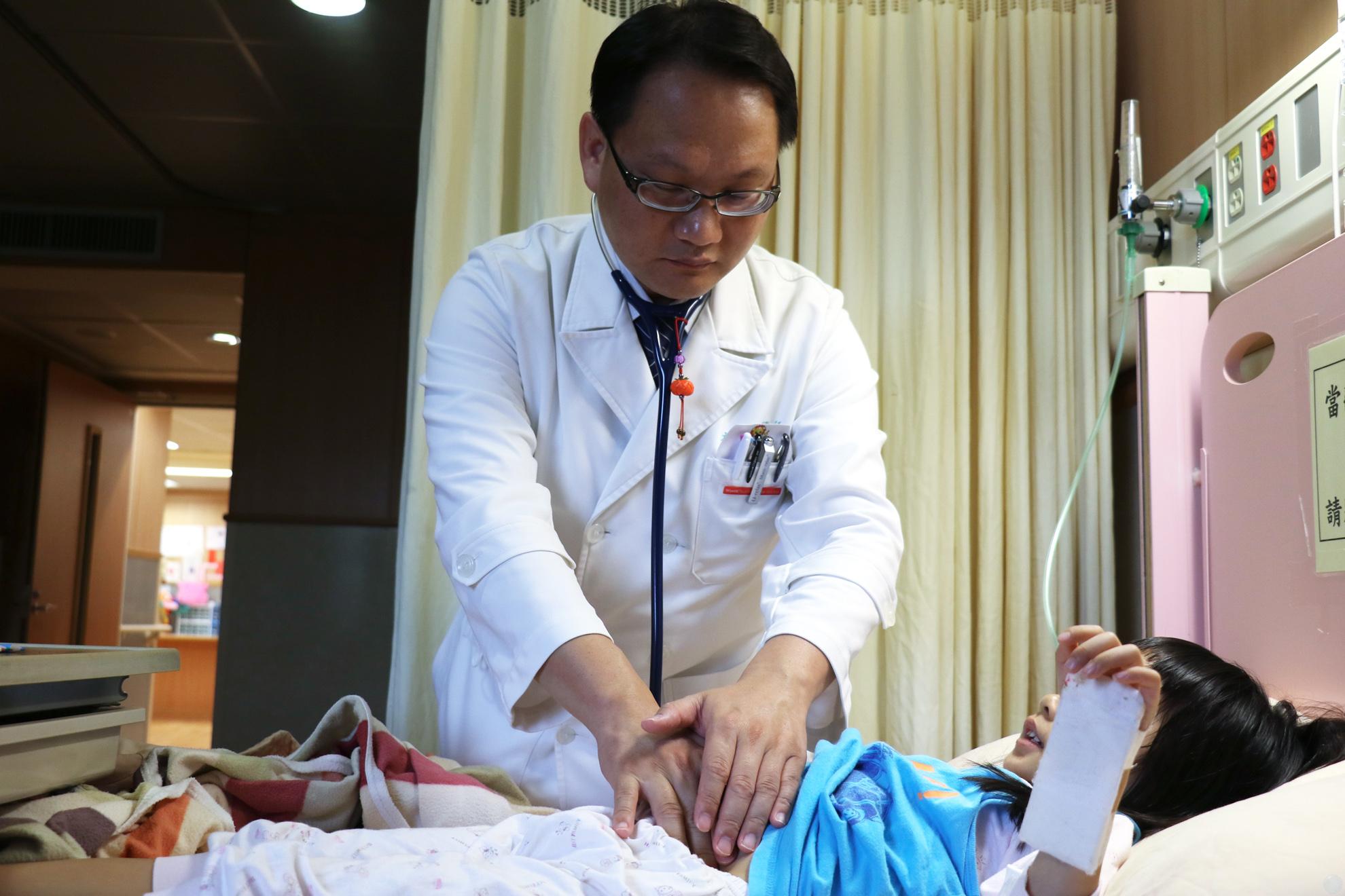 李宇正醫師檢查幼童。