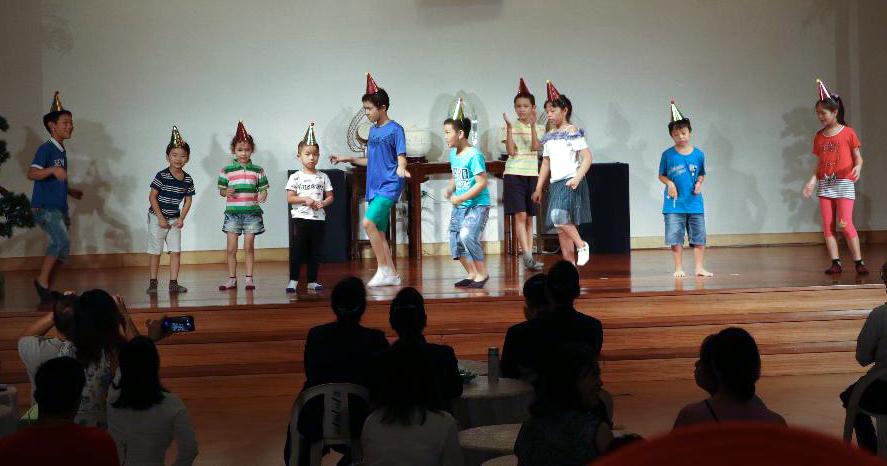 慈濟板橋園區的新住民成長班開辦十年,新住民的孩子們活力十足的踩著舞步,為嘉年華會注入活潑熱鬧的氣息。攝影/沈素寶