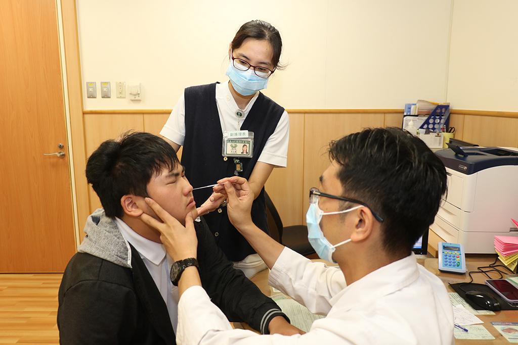 疑似流感要做快篩。