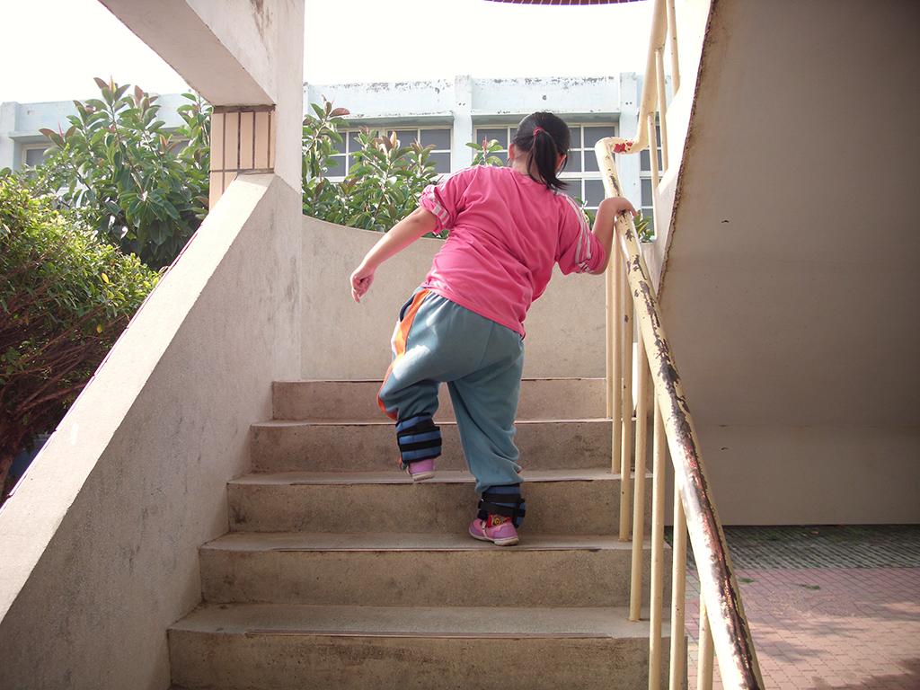 好動、活潑的小珍,就算和同學課嬉戲時跌倒也不以為意,但脊髓疾病畢竟讓她的雙腳動作,無法像常人活動,只能就剩餘功能盡力地發揮。