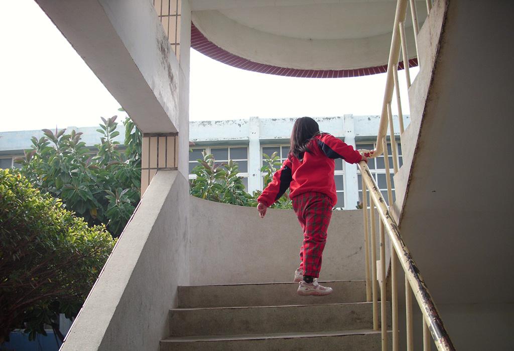課堂更換教室是校園生活的一部分,對小珍卻是最漫長的學習。上下樓梯雖慢,兩步一階踏實地踩,同樣也能到達。