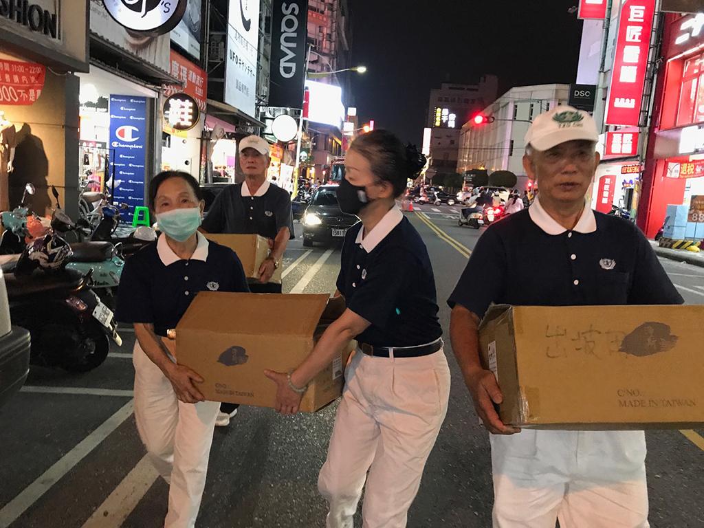 花蓮市區於10月12日發生火災後,花蓮地區慈濟志工立即啟動關懷與提供救災人員餐飲物資的整備。
