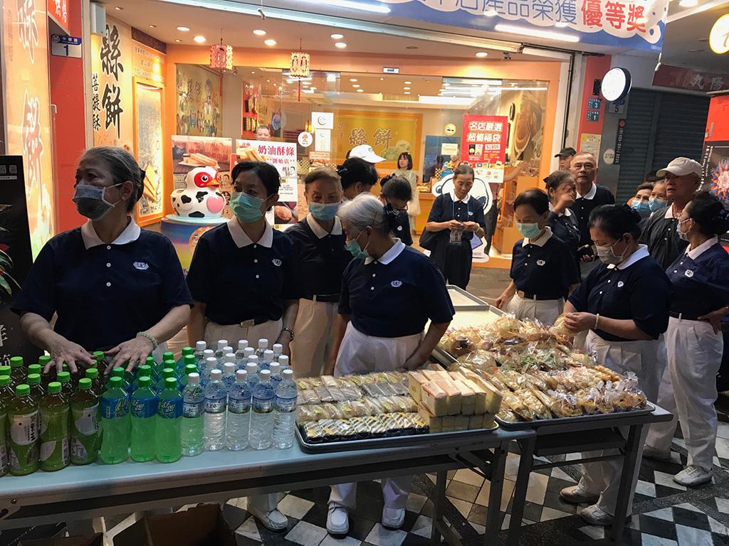 花蓮市區於10月12日發生火災後,管制區外的熱心店家,立即提供店門口供花蓮地區慈濟志工成立救災人員餐飲供應的物資補給站。