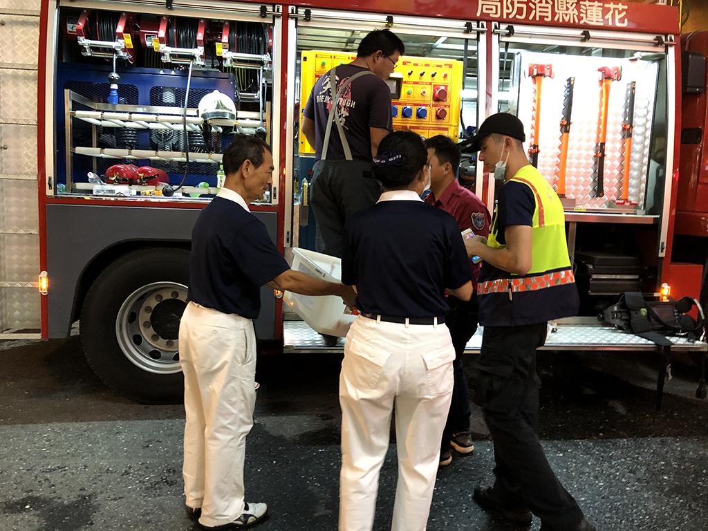 花蓮市區於10月12日發生火災後,花蓮地區慈濟志工立即提供救災人員餐飲供應。