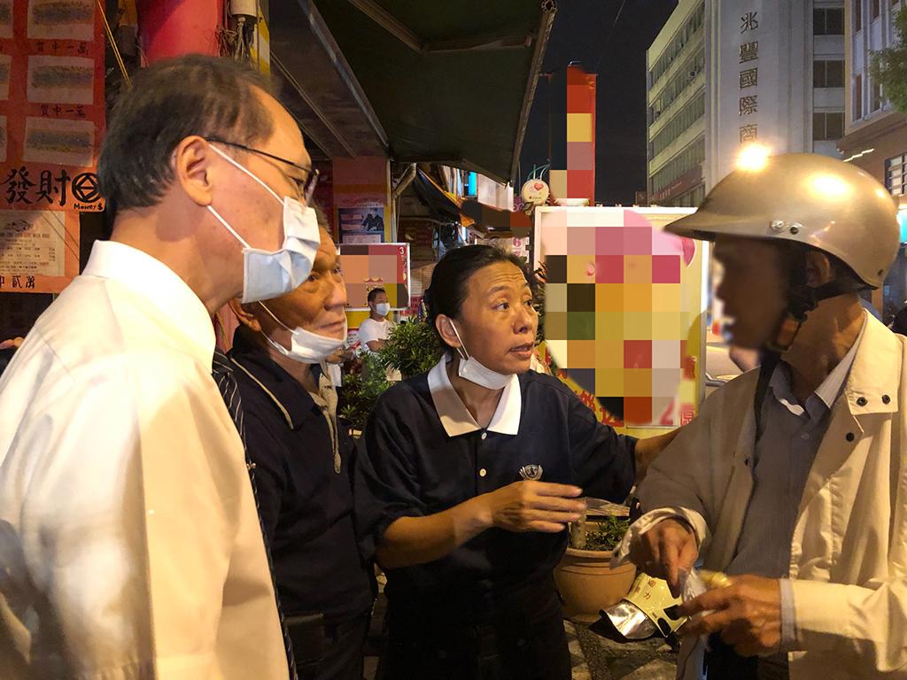 花蓮市區於10月12日發生火災後,慈濟慈善事業基金會執行長顏博文(左一)也立即即前往現場關懷志工及受災民眾。