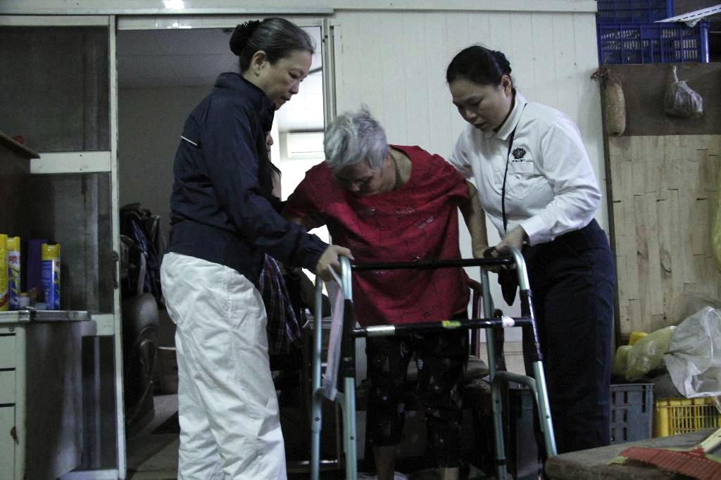 郭淑宜護理師(右)表示,來義診擔任志工,把自己的專業做更好的運用,這樣的感動是無價的,心情也非常放鬆。