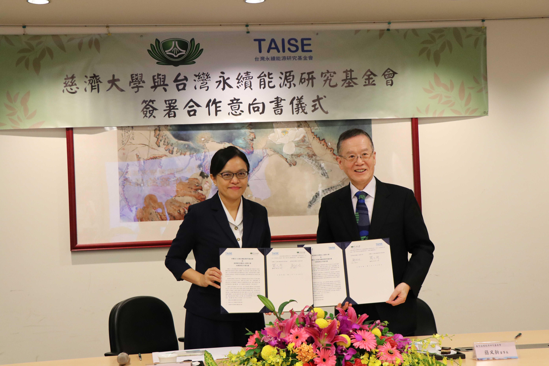 慈濟大學與台灣永續能源研究基金會於慈濟大學,在慈濟教育志業執行長王本榮的見證下,由慈大劉怡均校長與基金會董事長簡又新大使共同簽署永續發展合作意向書。