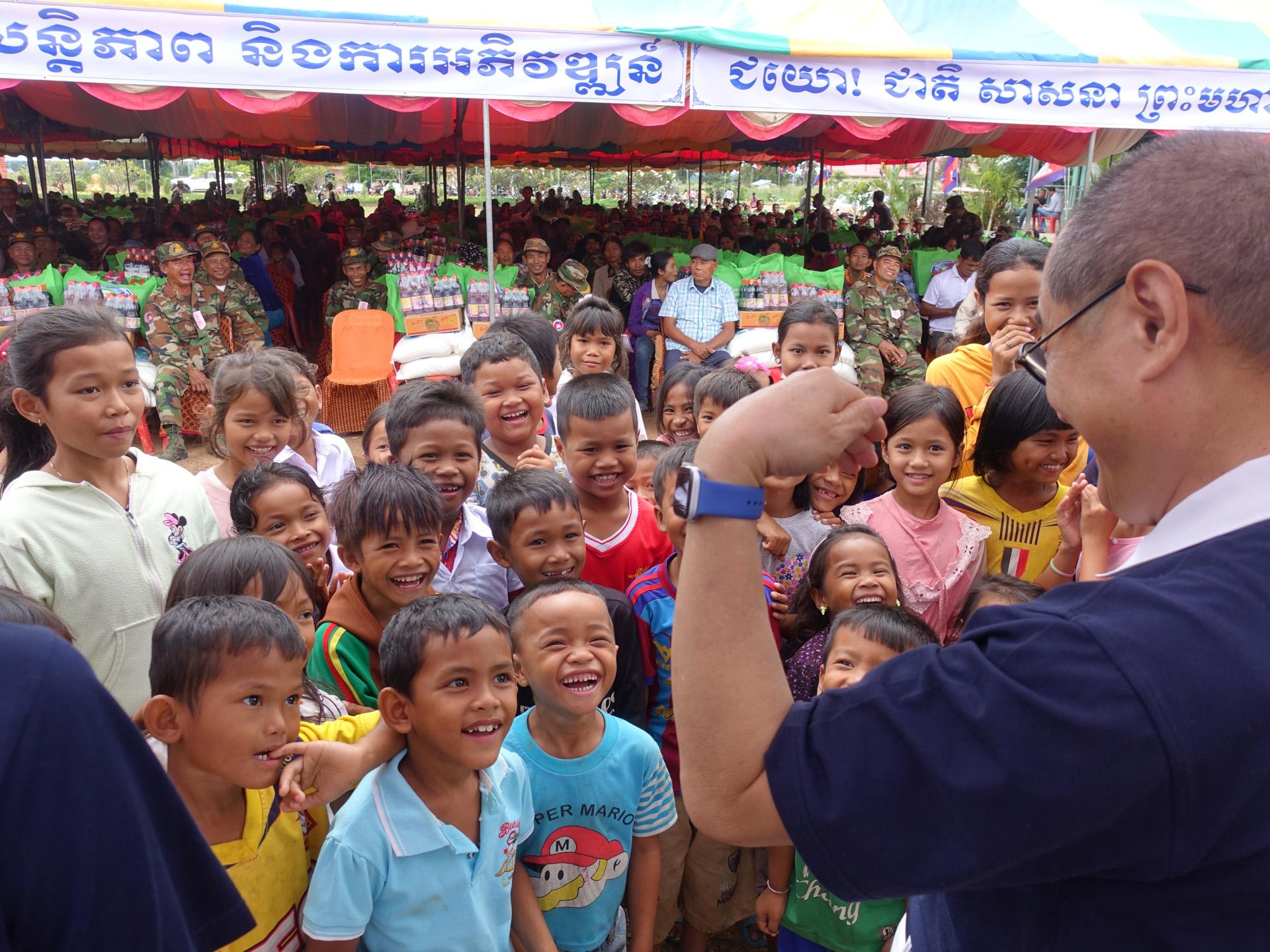 慈濟志工和當地孩童互動,讓孩童開懷大笑。(攝影:陳誼謙)