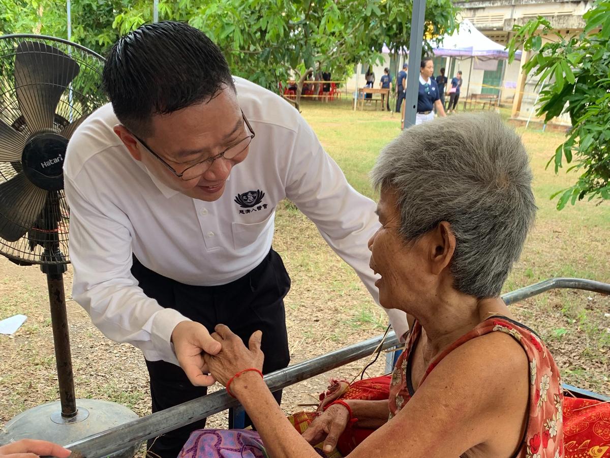 馬來西亞王玟富醫師(左)為老奶奶針灸治療,老奶奶發現自己可以說話,不斷向王玟富醫師道謝。(攝影:魏碧君)