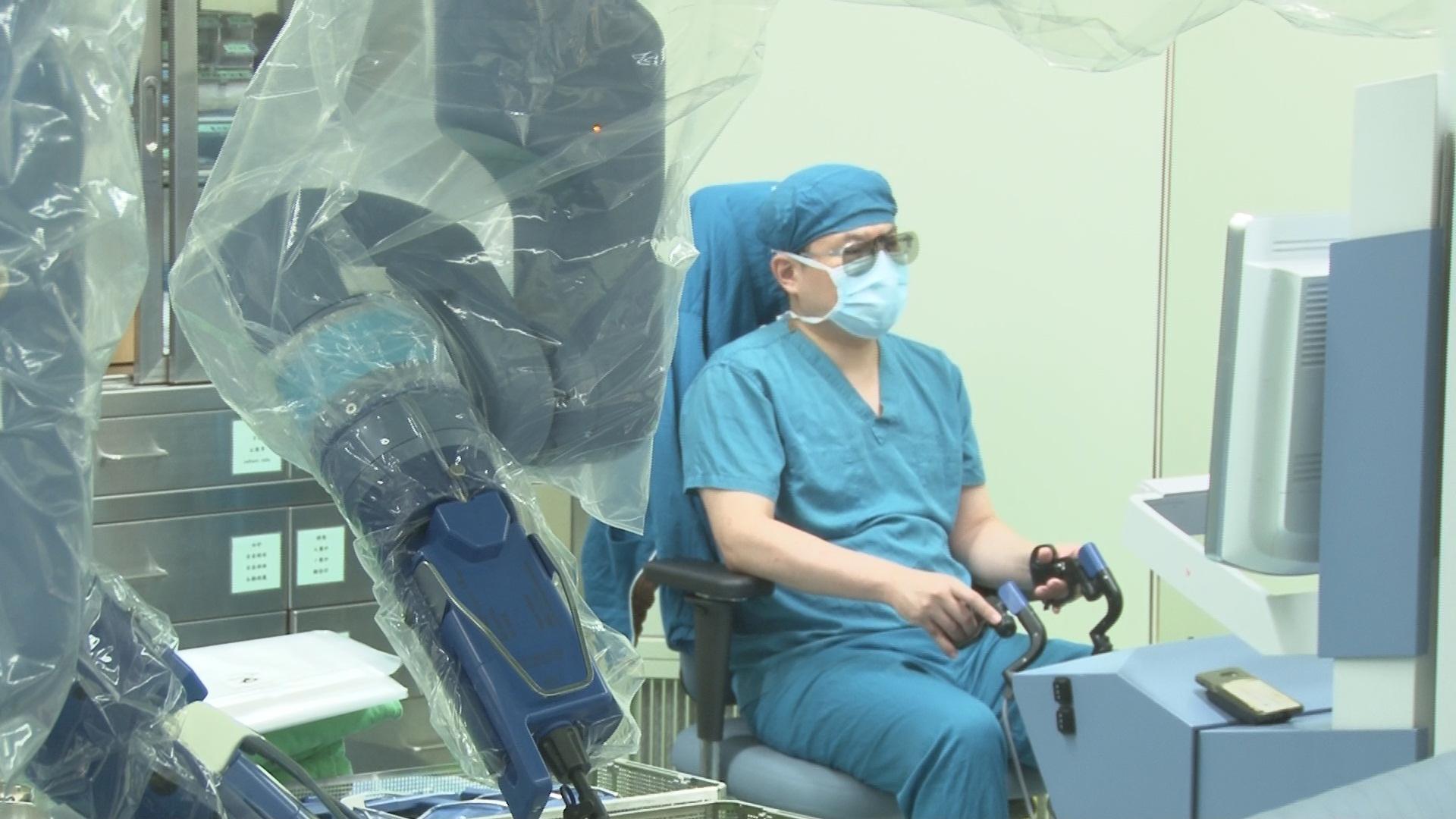 余政展主任戴3D眼鏡操作機器手臂。