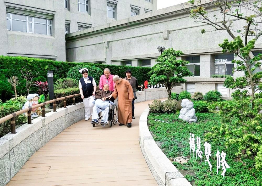 陳玟臻(左)與宗教師(右)陪伴病人與家屬。