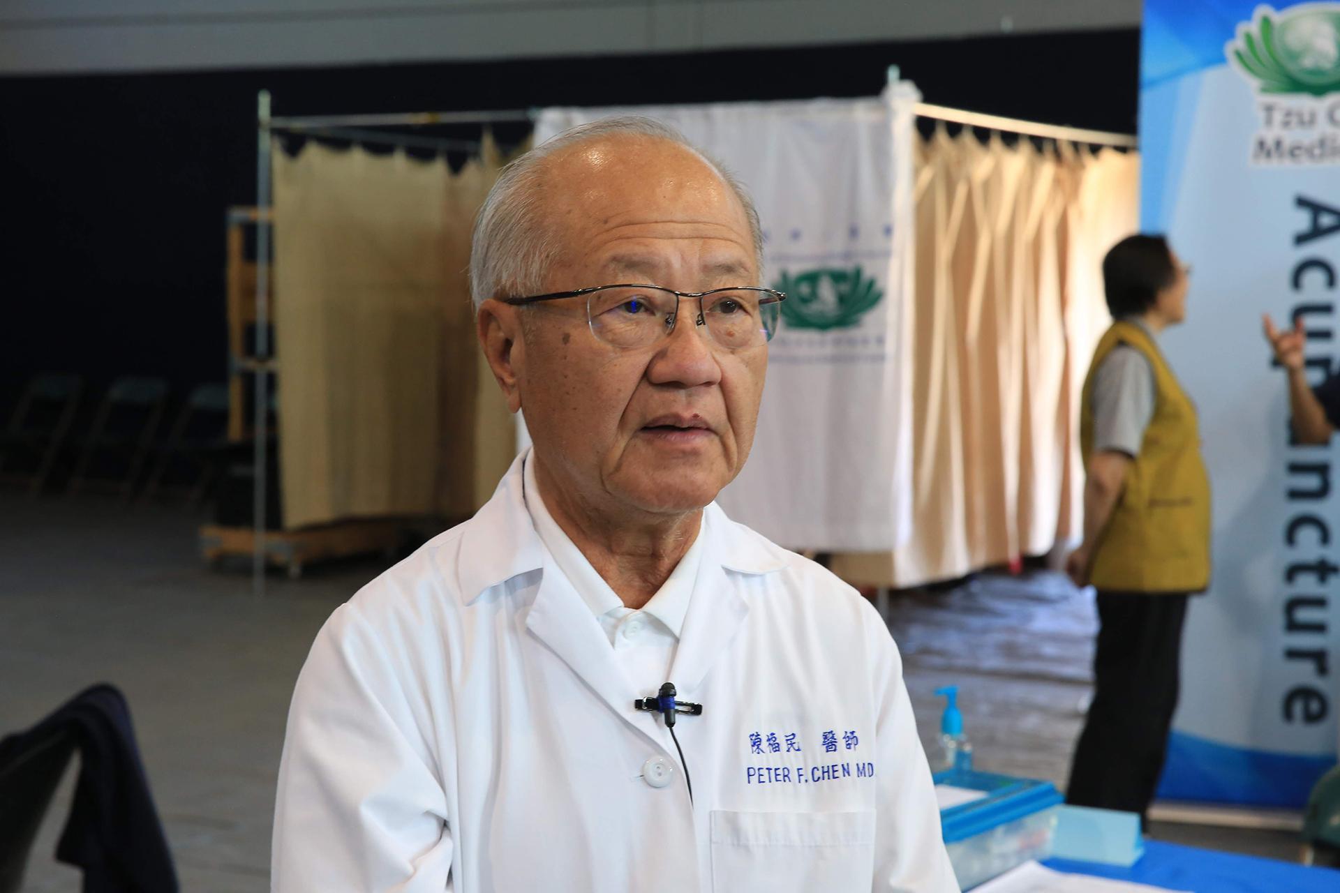 陳福民醫師在橙縣義診有6年,他曾向大家介紹早期慈濟的竹筒歲月,一位回診的民眾帶來全家存的竹筒,陳福民醫師鼓勵:「心量大就可以幫助別人。」