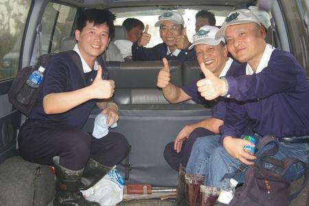 張勝昌組長(左一)協助莫拉克風災災民清掃家園