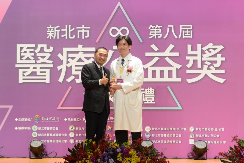 張勝昌組長榮獲「醫療貢獻獎」,於11月10日前往領獎。