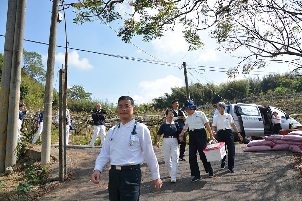義診團隊深入山區送溫情,為不便外出的鄉親提供看診服務,也陪他們說說話。