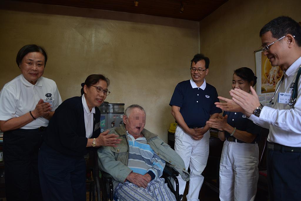 獨居在坪林山區的徐先生,已經中風將近二十年,在人醫會和志工的鼓勵聲中,拉開封閉已久的歌喉,哼著他之前最熟悉的日語歌旋律……