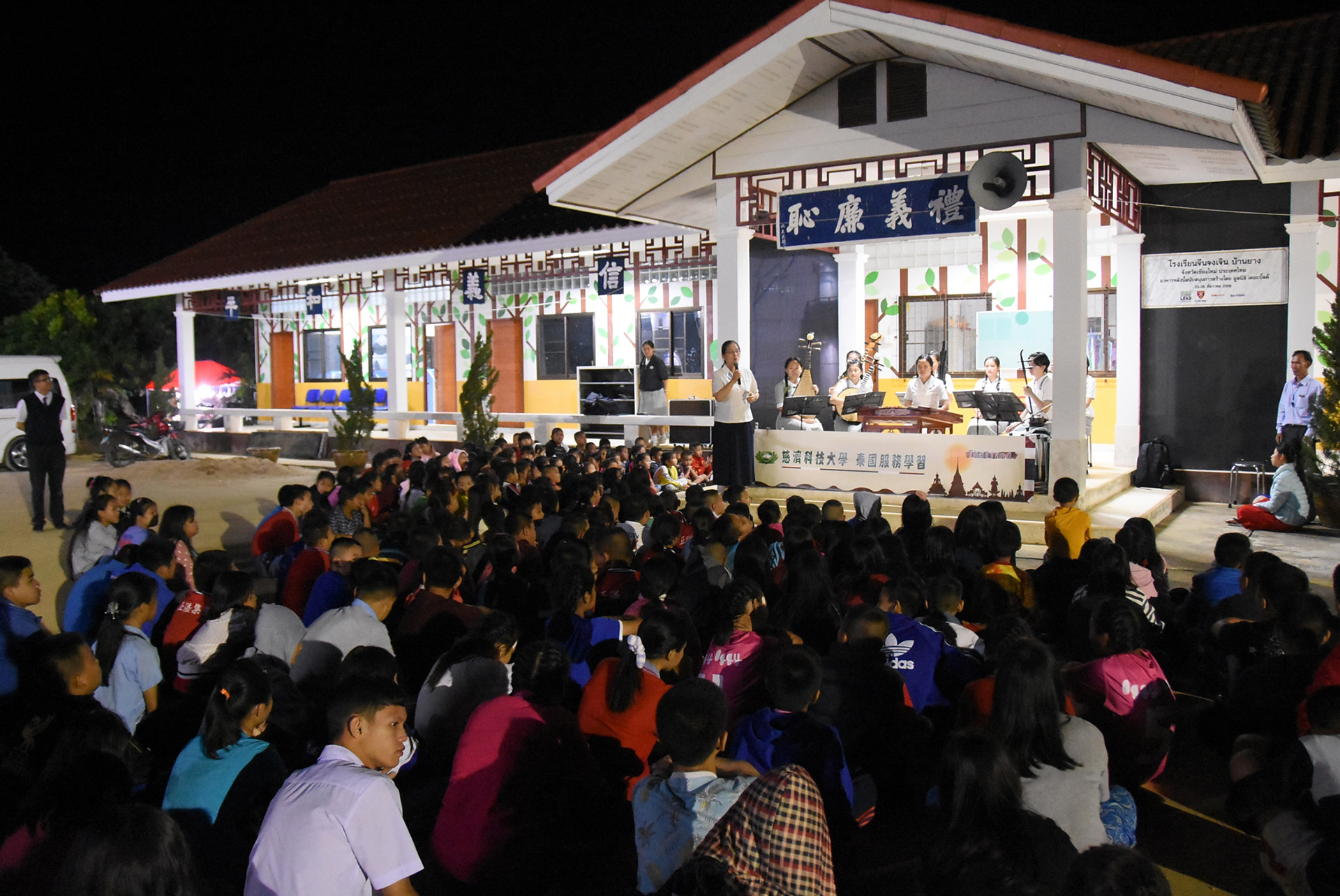 萬養忠貞中學特地集合全校400名學生,進行一場音樂饗宴。