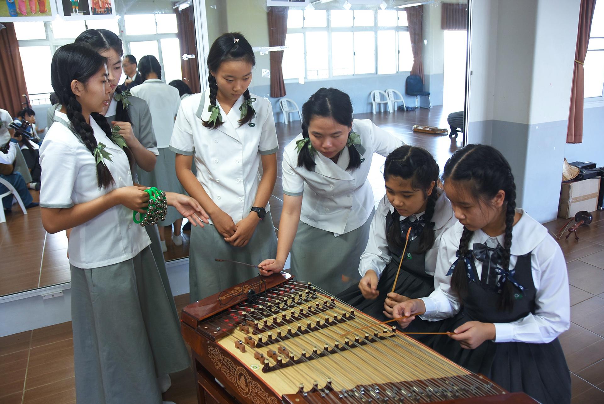 清邁慈濟學校師生與慈濟科技大學師生交流彼此的樂器。