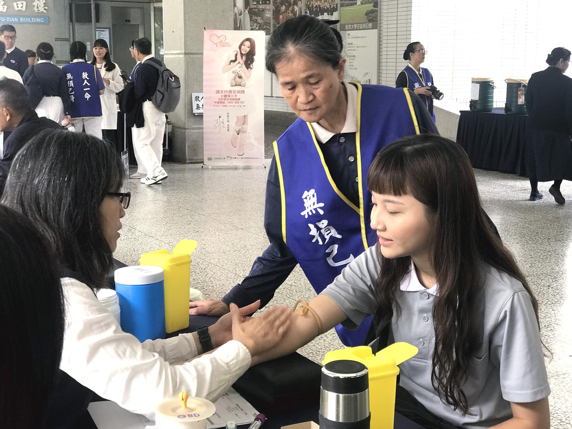 護理系一年級的王彤珈,在生命教育課程中了解造血幹細胞捐贈除了無損己身,更能夠給血液疾病患者一個重生的希望。