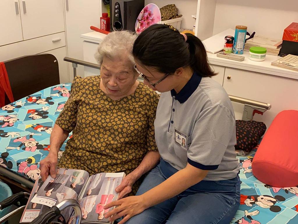 阿嬤說她從少女時期就喜歡做衣服,因為那是她的興趣,她喜歡閱讀服裝書籍,如果書本上有自己喜歡的服裝樣式,她就會按照說明步驟,自己動手做,身上穿的衣服及家中的抱枕也都是出自阿嬤的巧手。