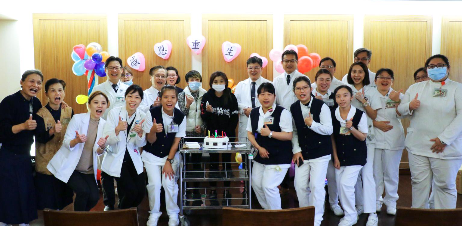 臺中慈濟醫院醫護團隊與葳葳母女合影。