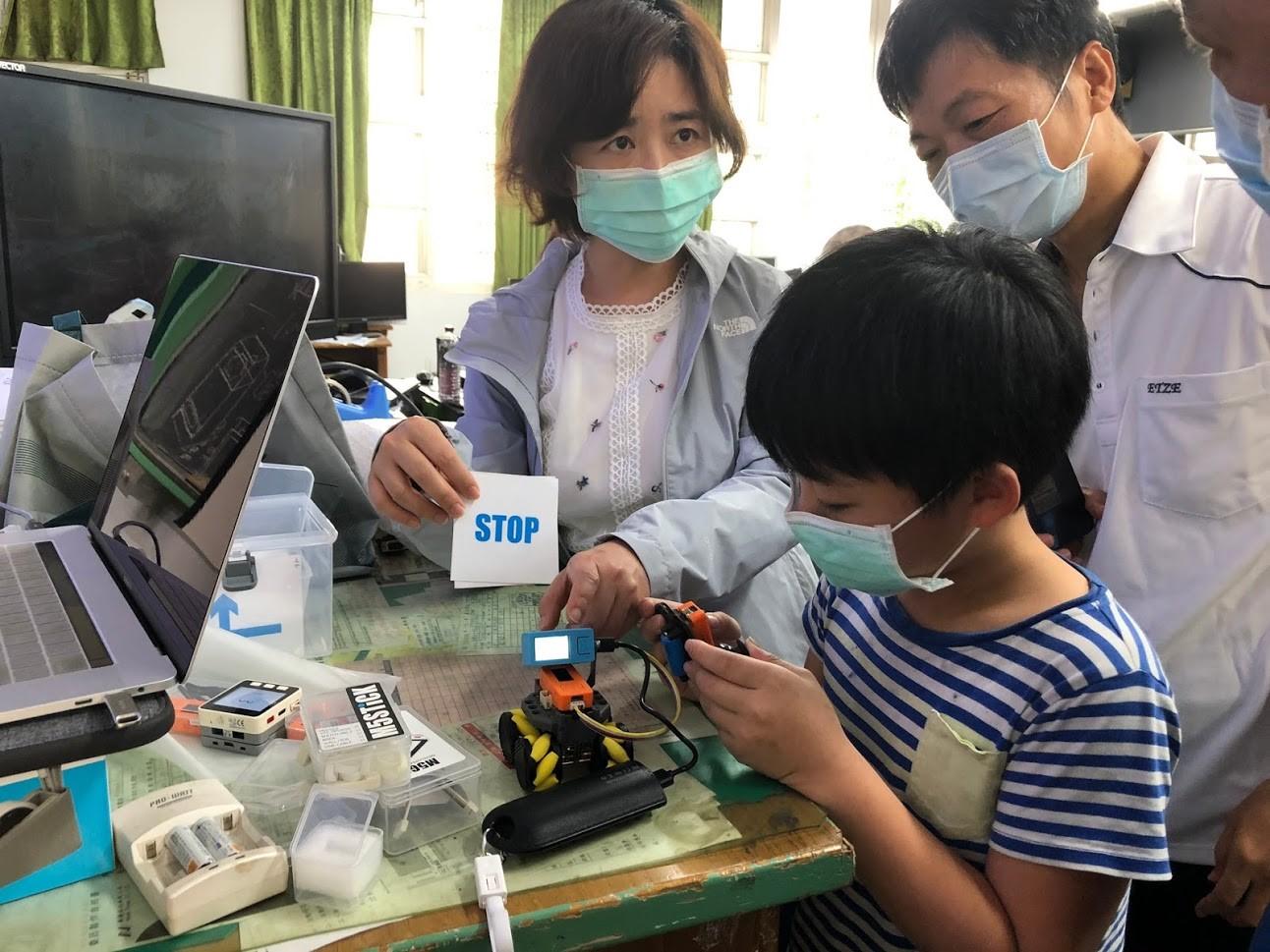 教育部2020年4月12日新聞照片:老師們指導製作紅外線熱像儀