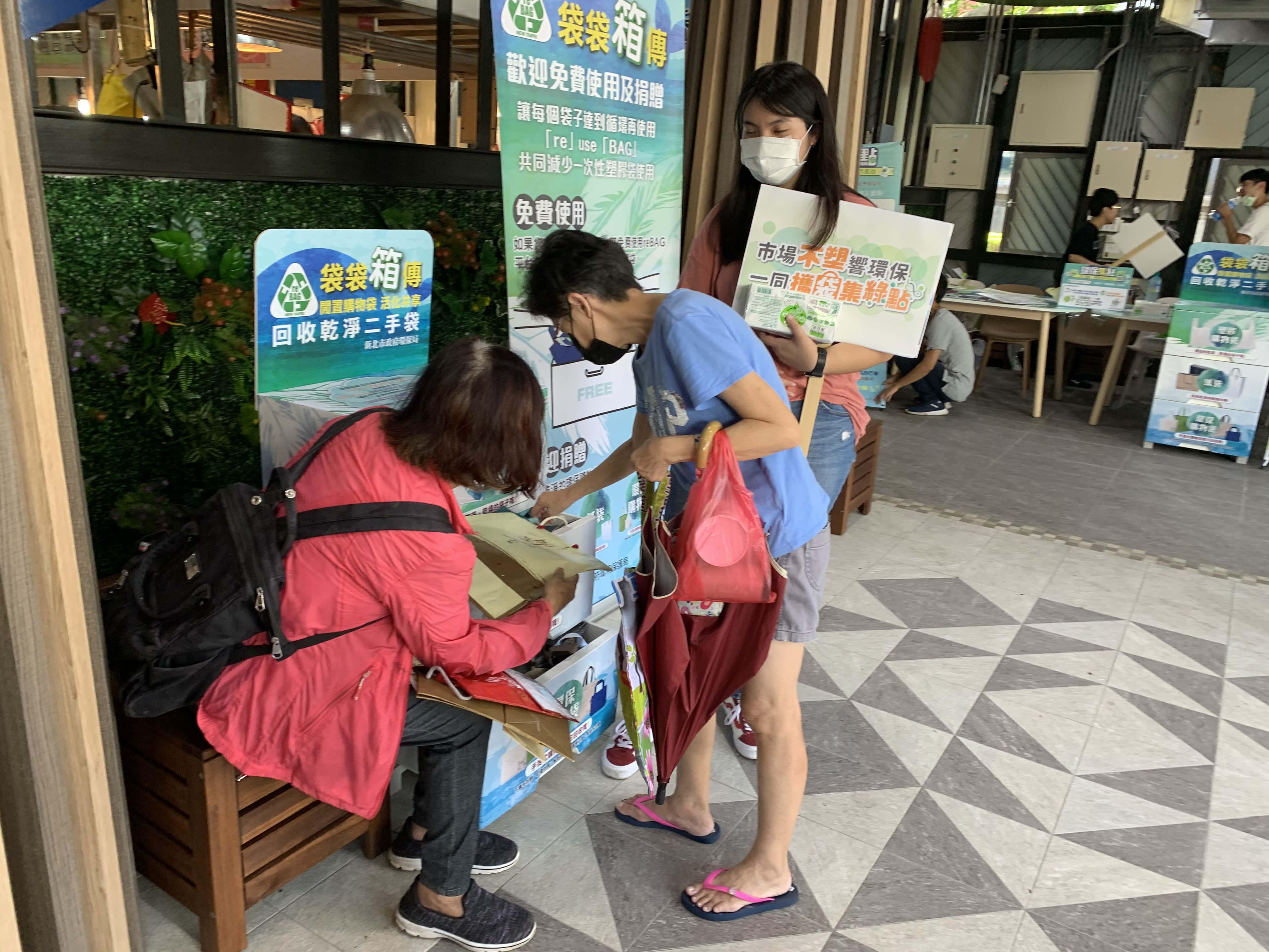 民眾現場使用不塑市場免費提供的re BAG 袋袋箱傳並享有優惠。