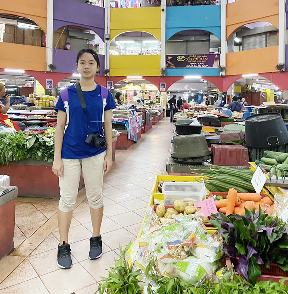陳翎在母國市場尋找各種野菜並拍照。